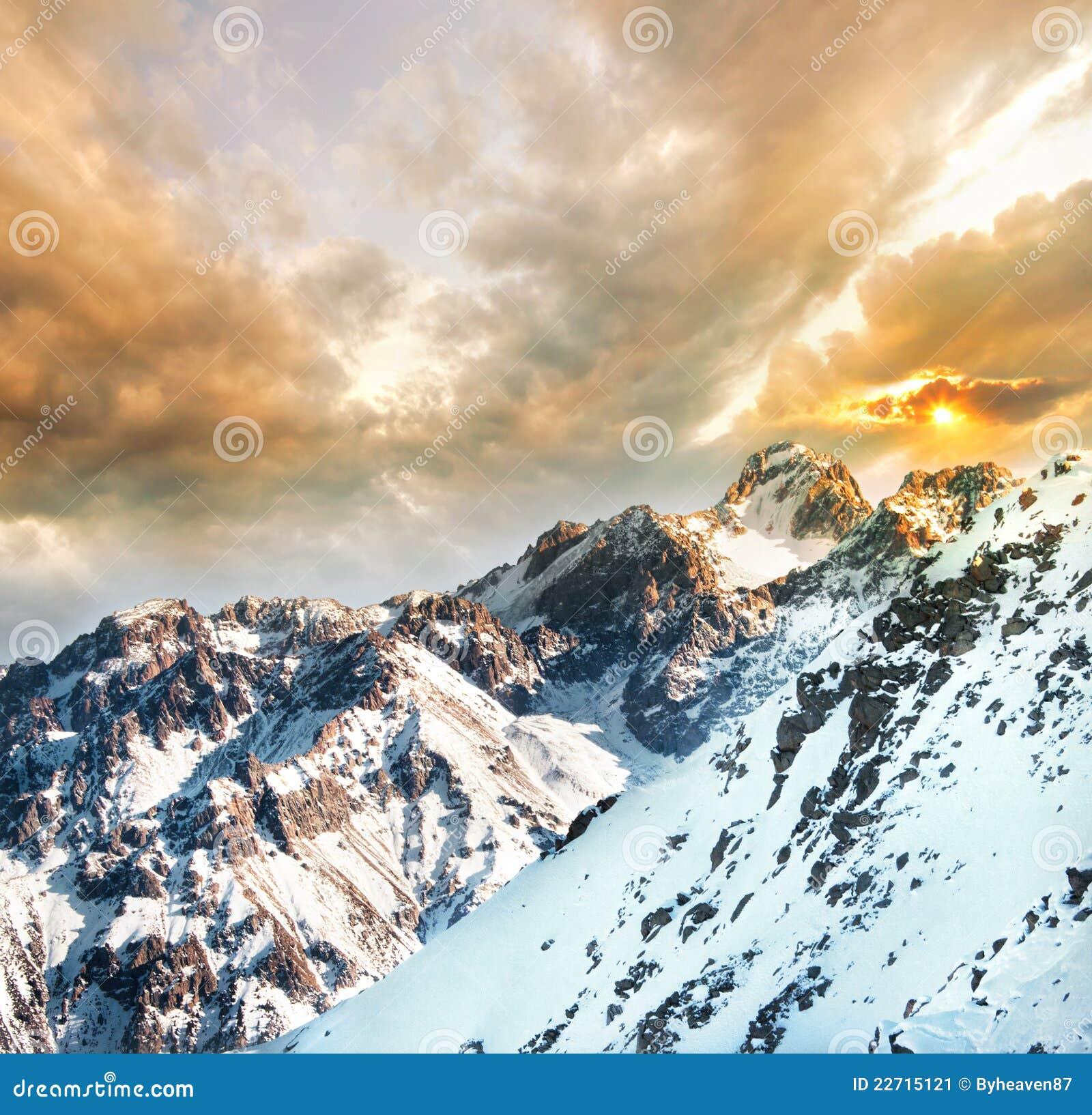 Montañas en la puesta del sol