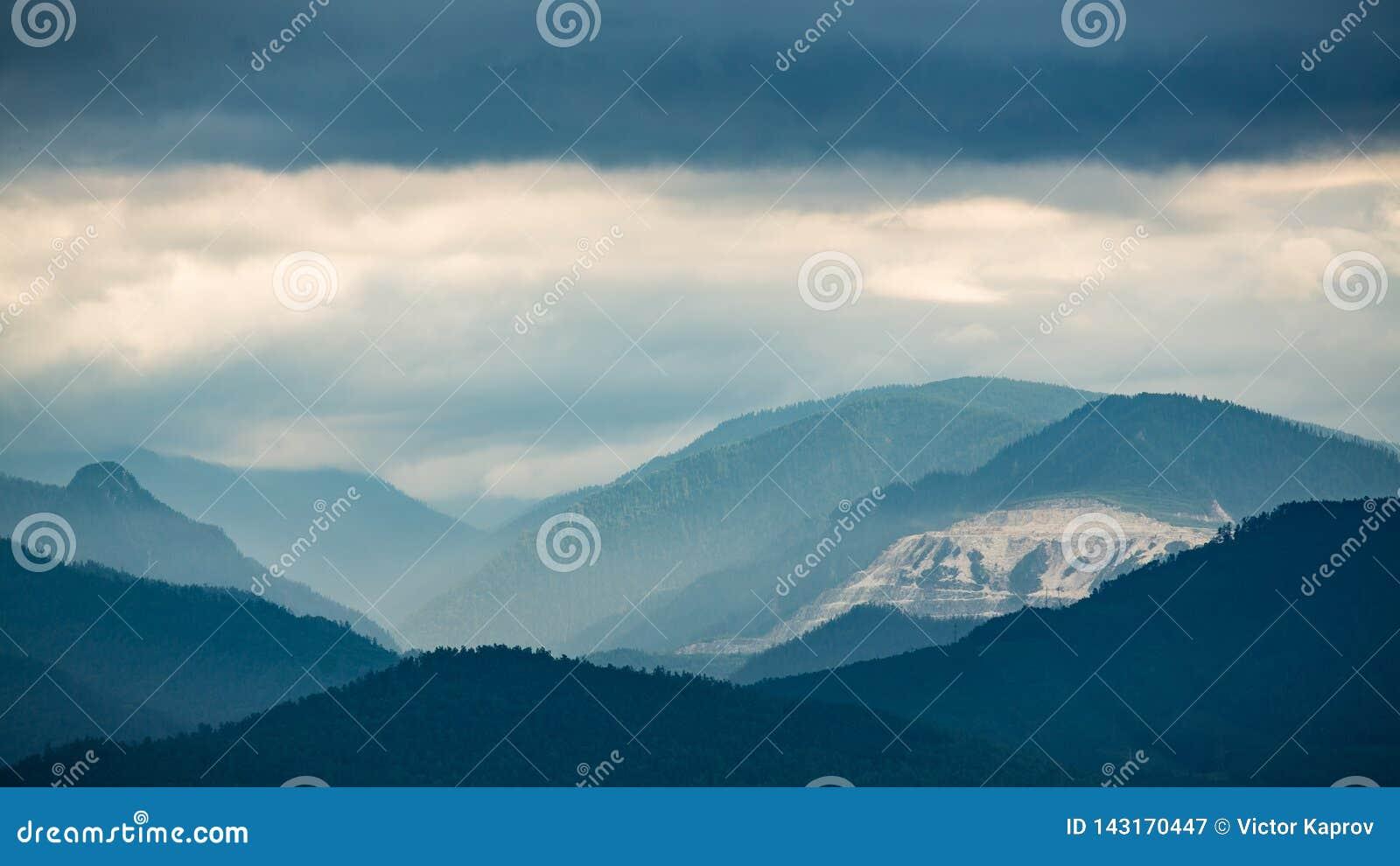 Montañas en las nubes en la orilla del lago Baikal