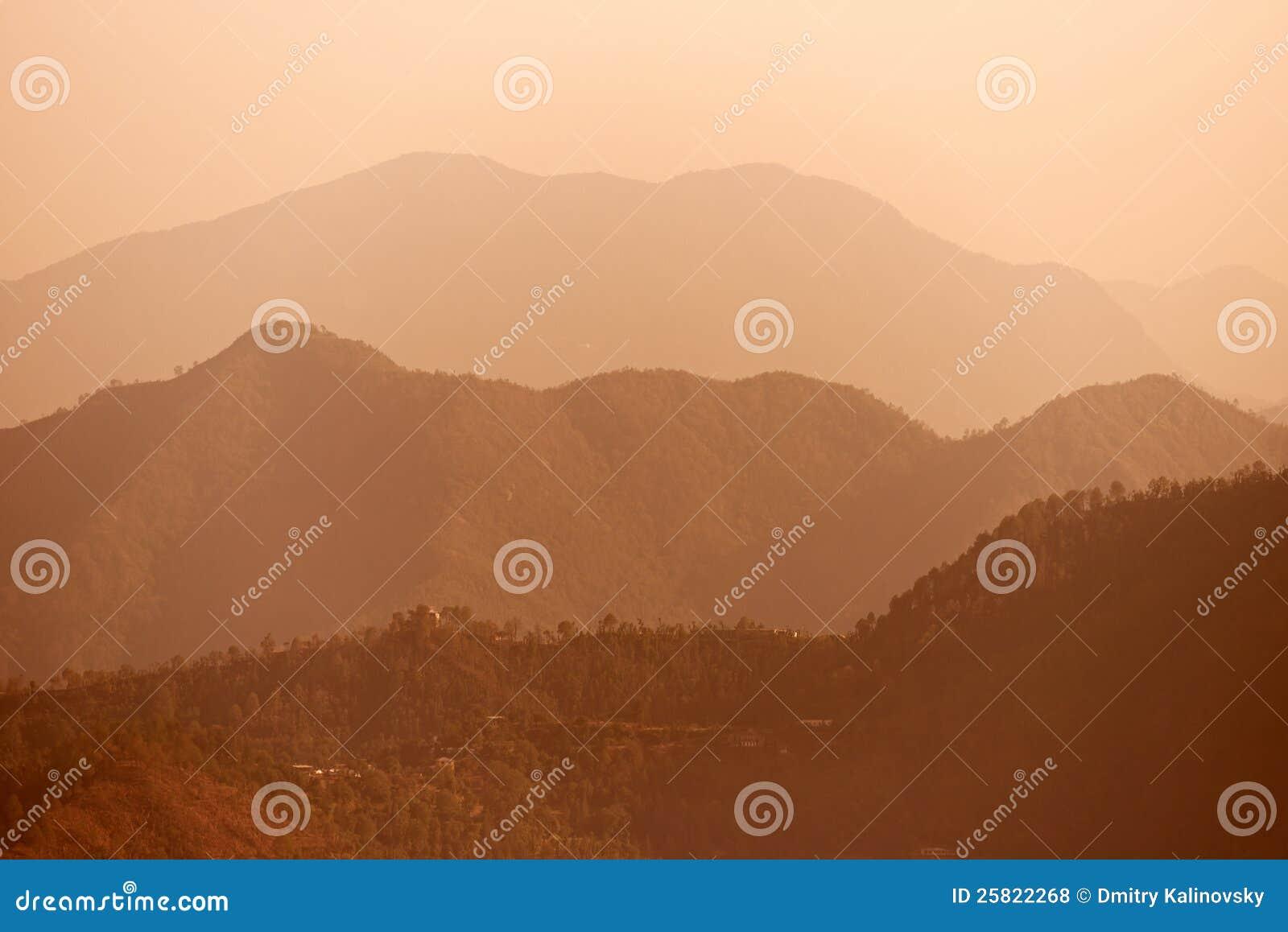 Montañas indias brumosas de Himalaya de la madrugada