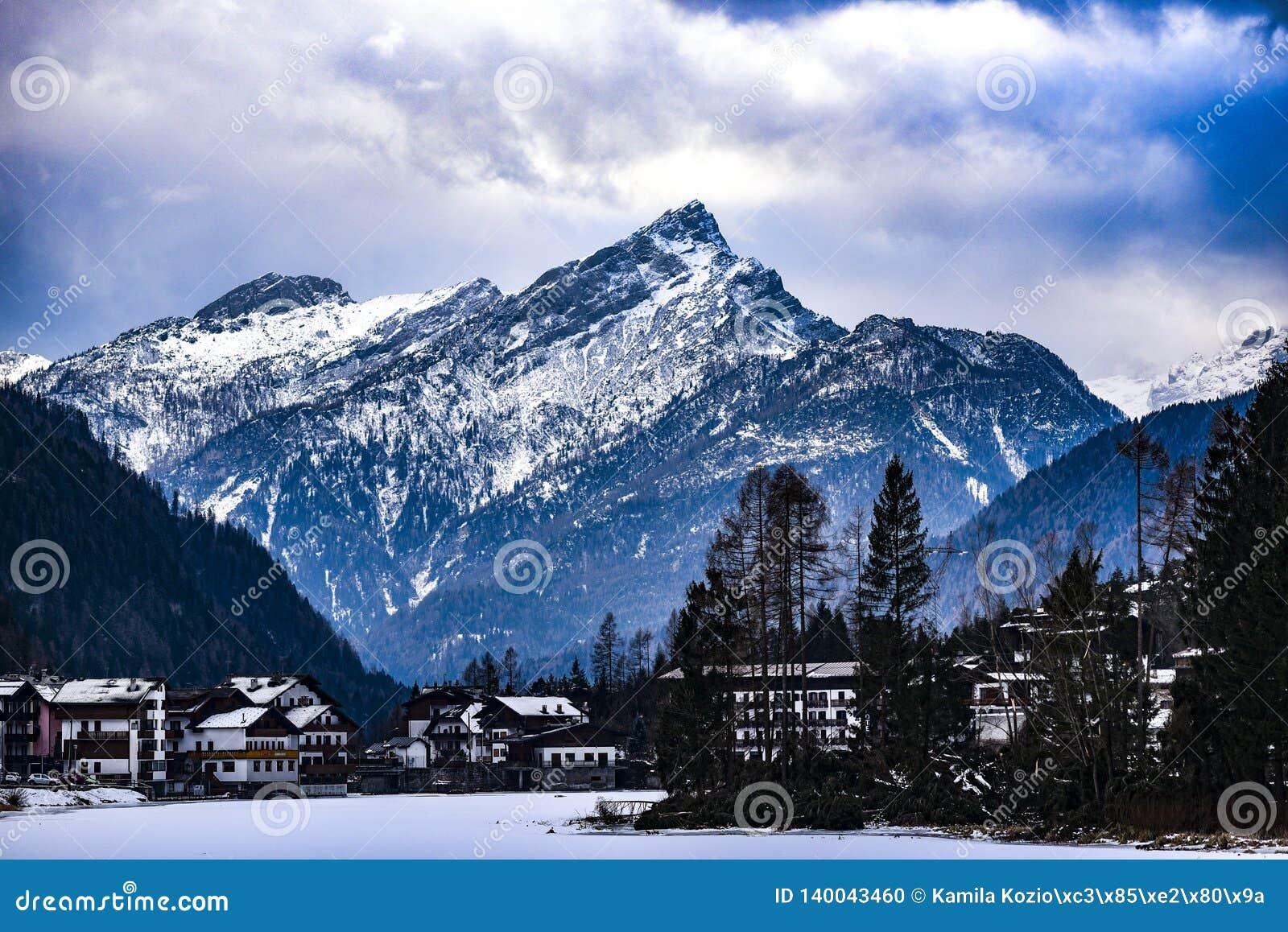 Montañas italianas de las dolomías durante invierno