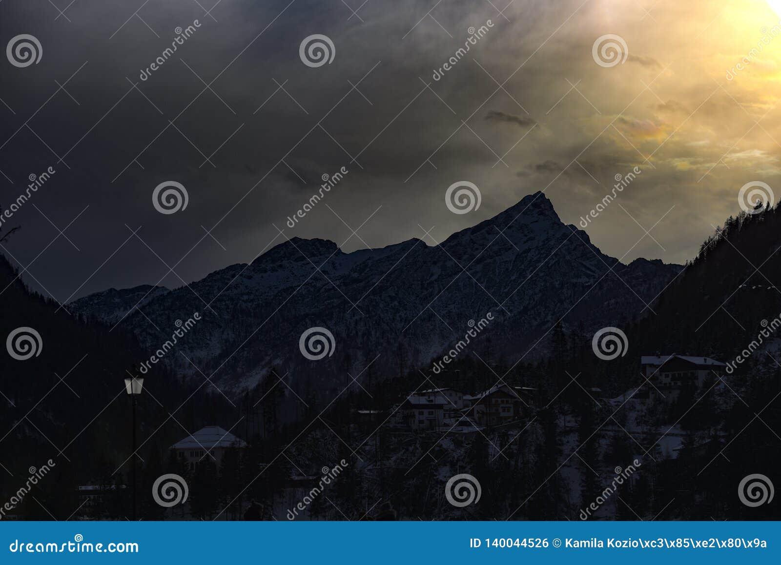 Montañas italianas de las dolomías durante puesta del sol