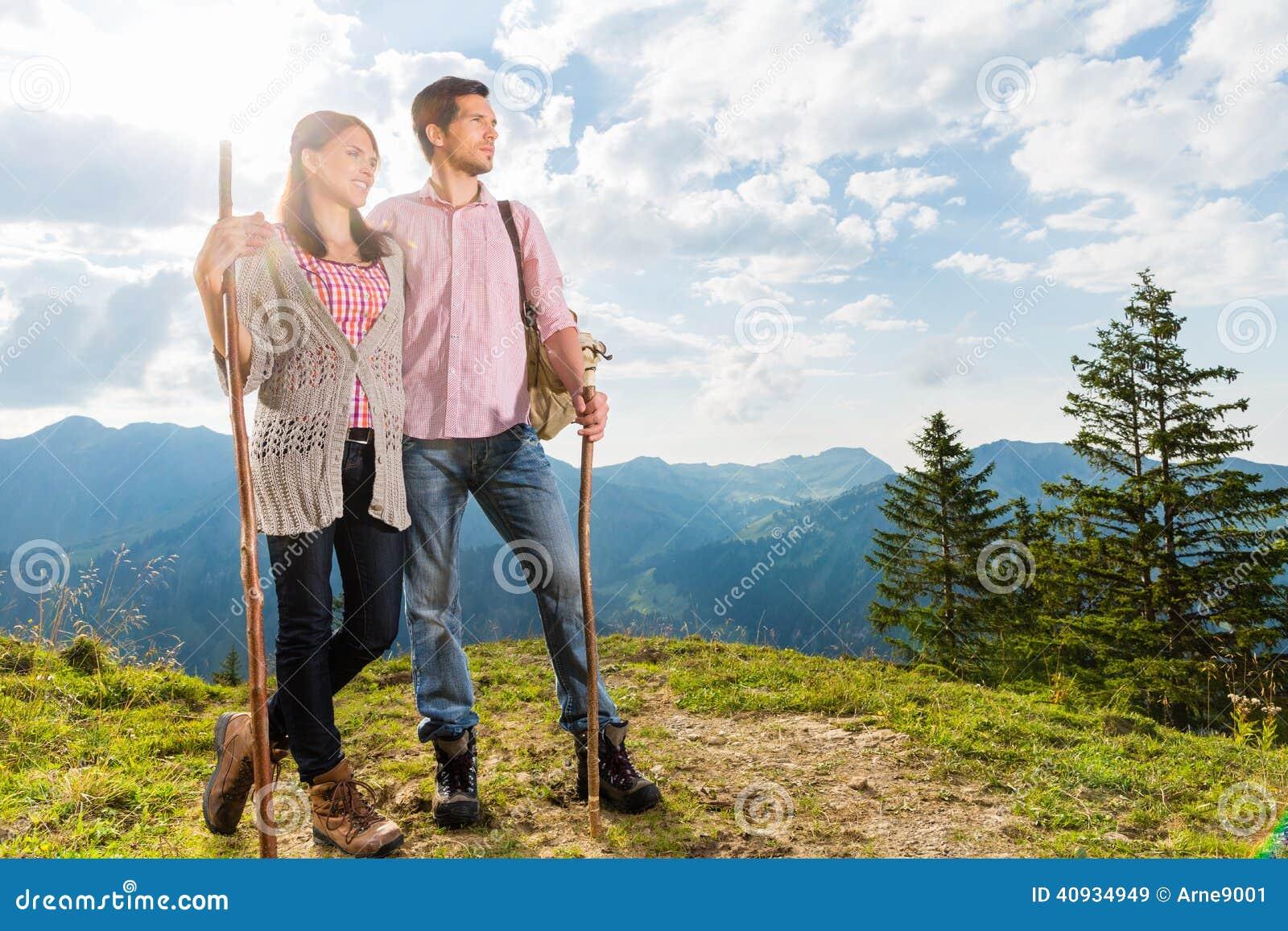 Montañas - pares que caminan en las montañas bávaras