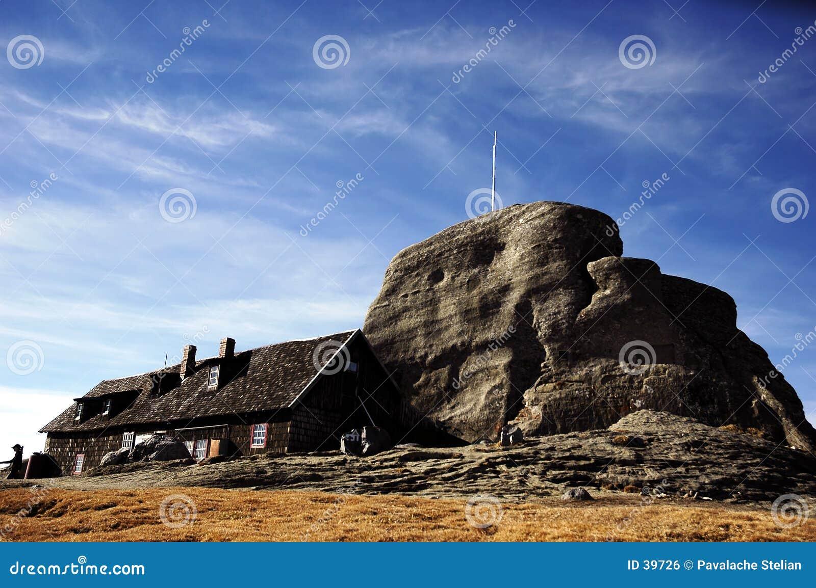 Montañas Rumania de Bucegi de la forma del abrigo de Omu