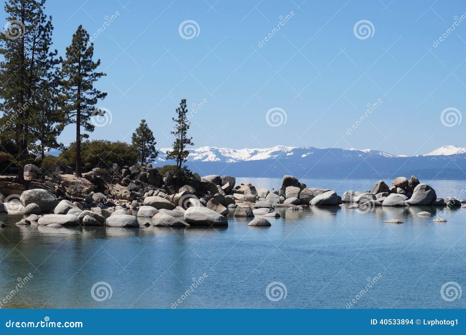 Montañas y lago del lago Tahoe
