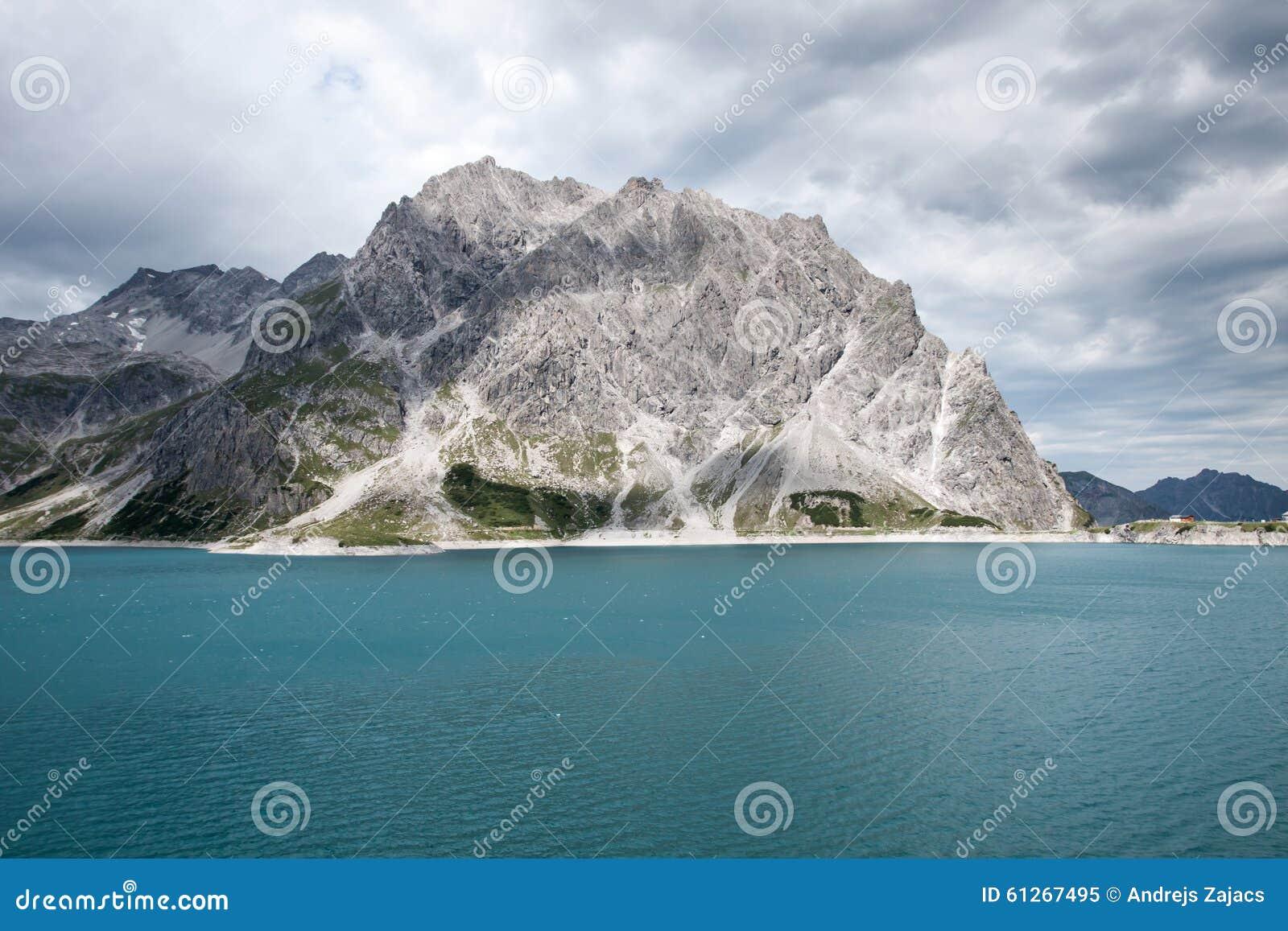 Montañas y lago verdes, Austria