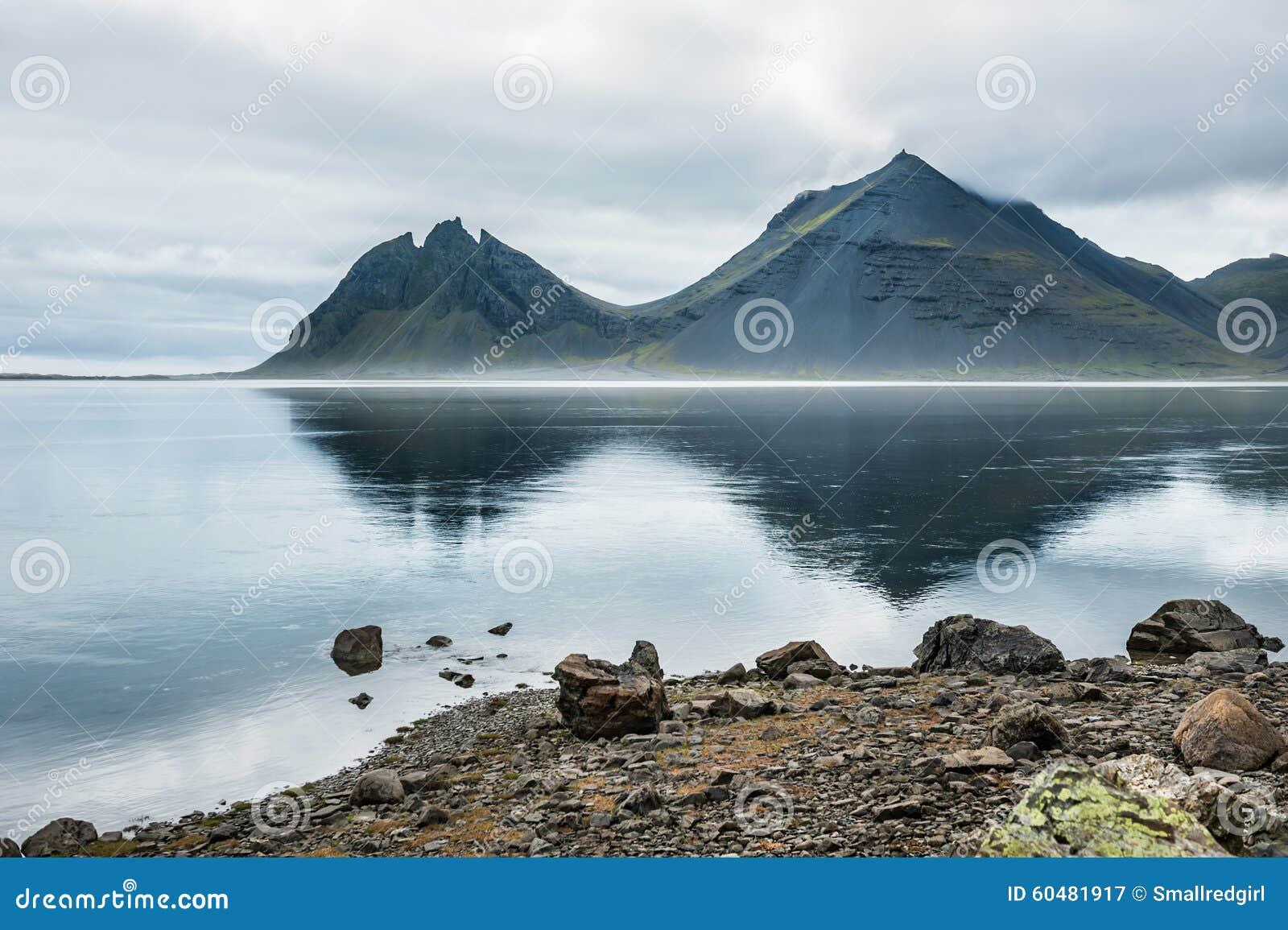 Montañas y reflexión en la costa del Océano Atlántico