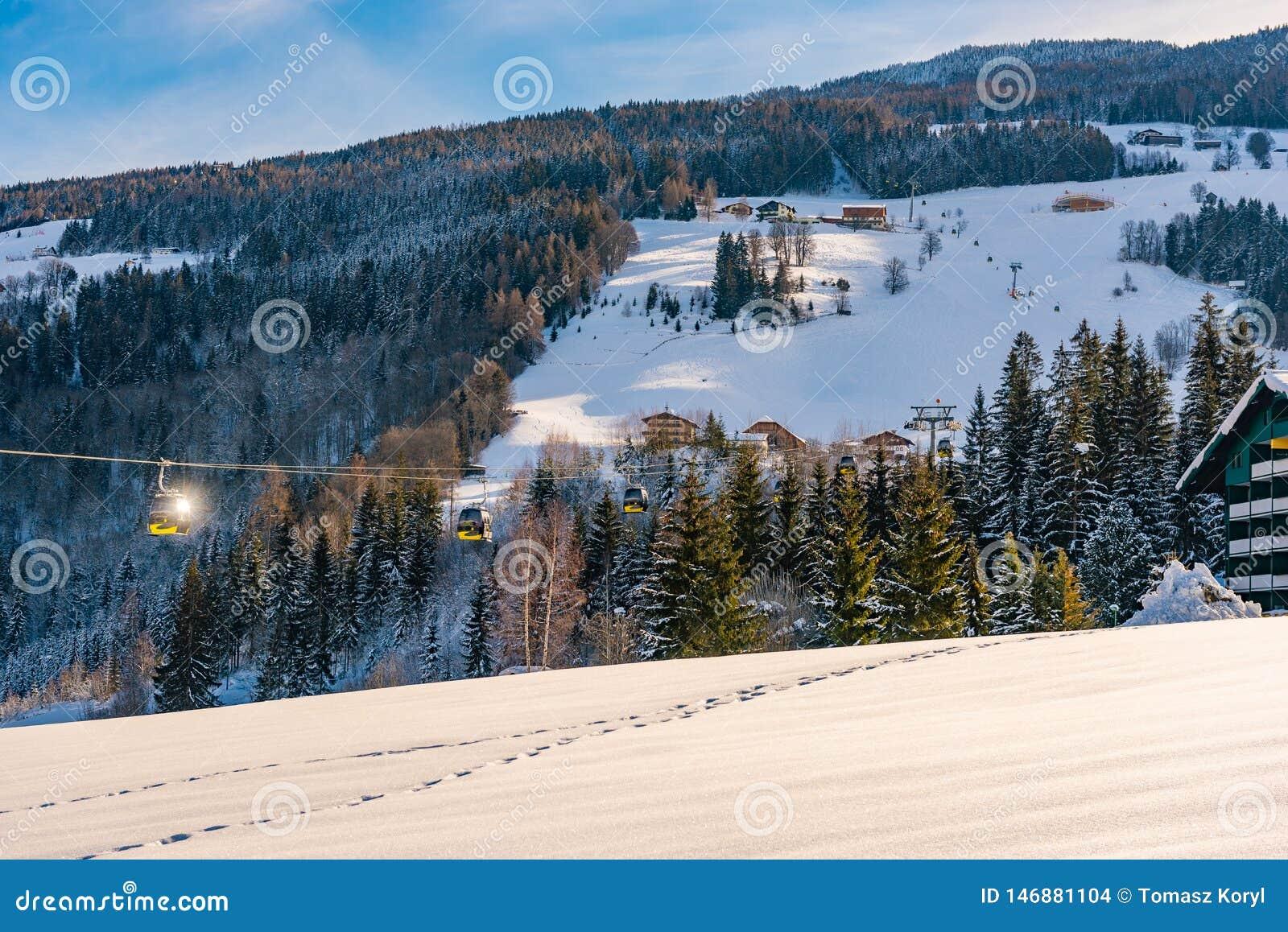 Montañas y teleféricos nevados, oeste de Planai de la góndola en Planai y Hochwurzen Schladming-Dachstein, Steiermark, Austria,