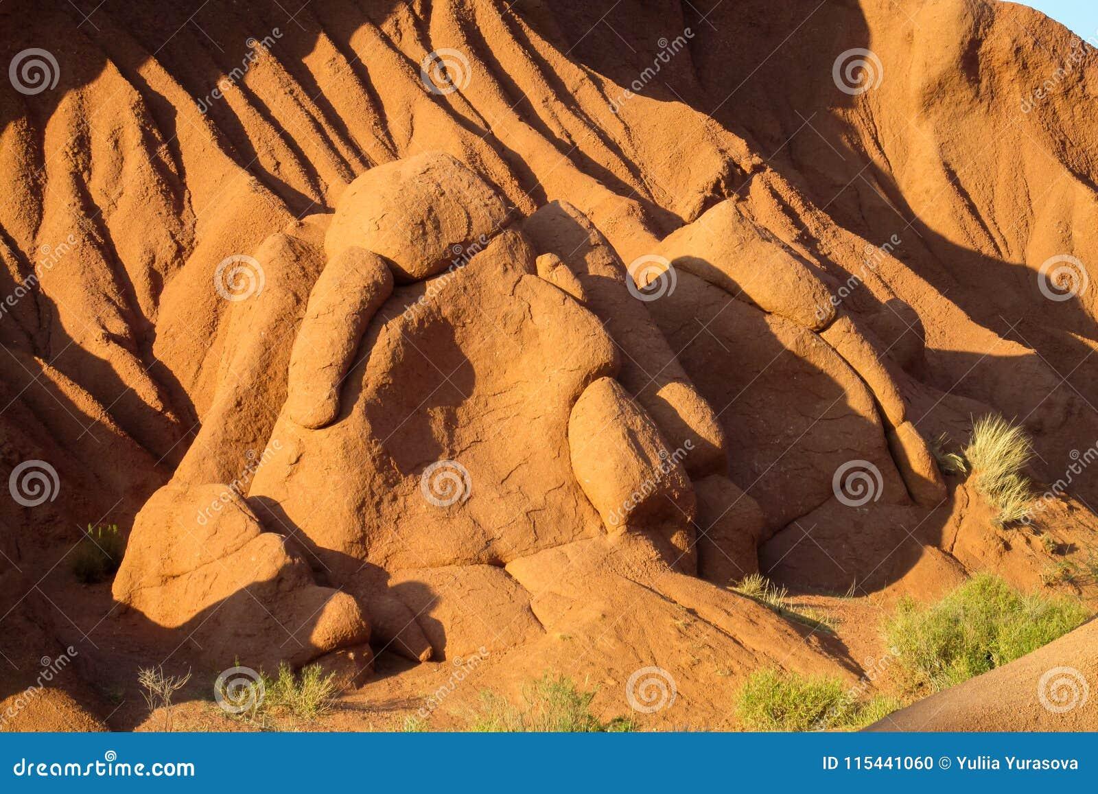 Montañas y valle amarillos y rojos de la formación de roca
