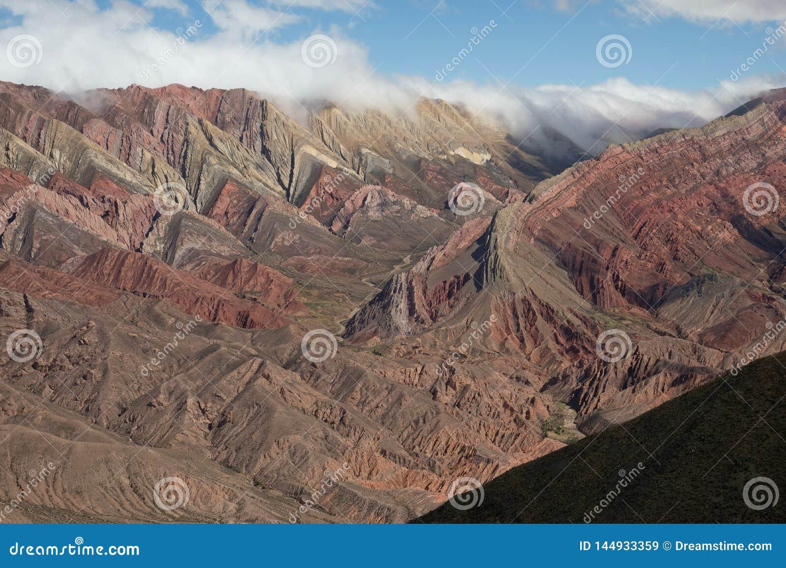 Montañas y valle del arco iris en Humahuaca la Argentina