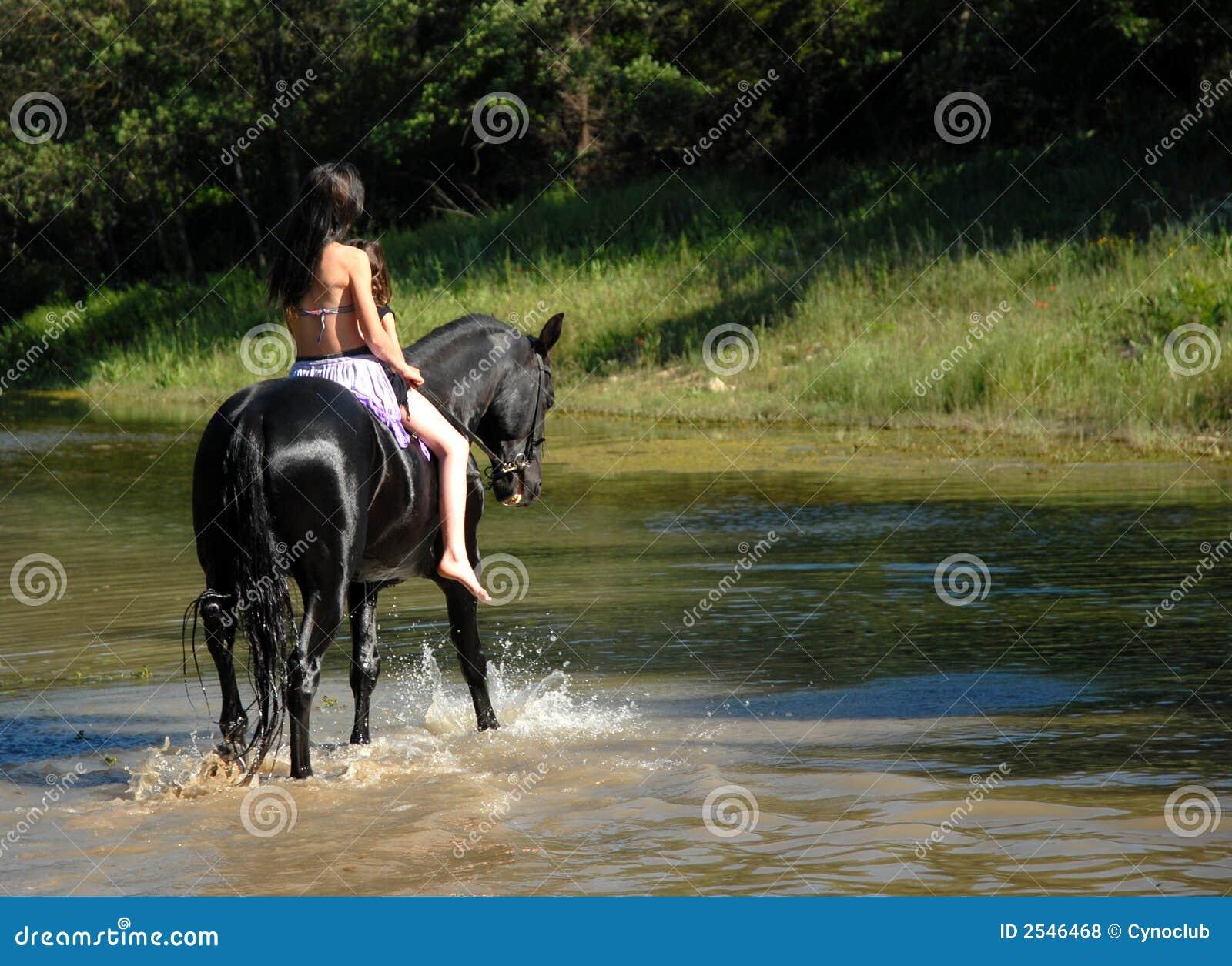Montada adolescente e rio
