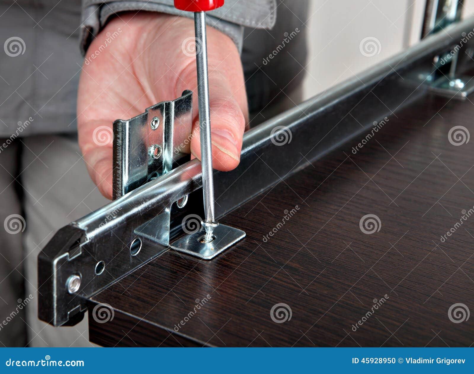 da mobília instala as corrediças da gaveta parafusando o parafuso #965235 1300x1045