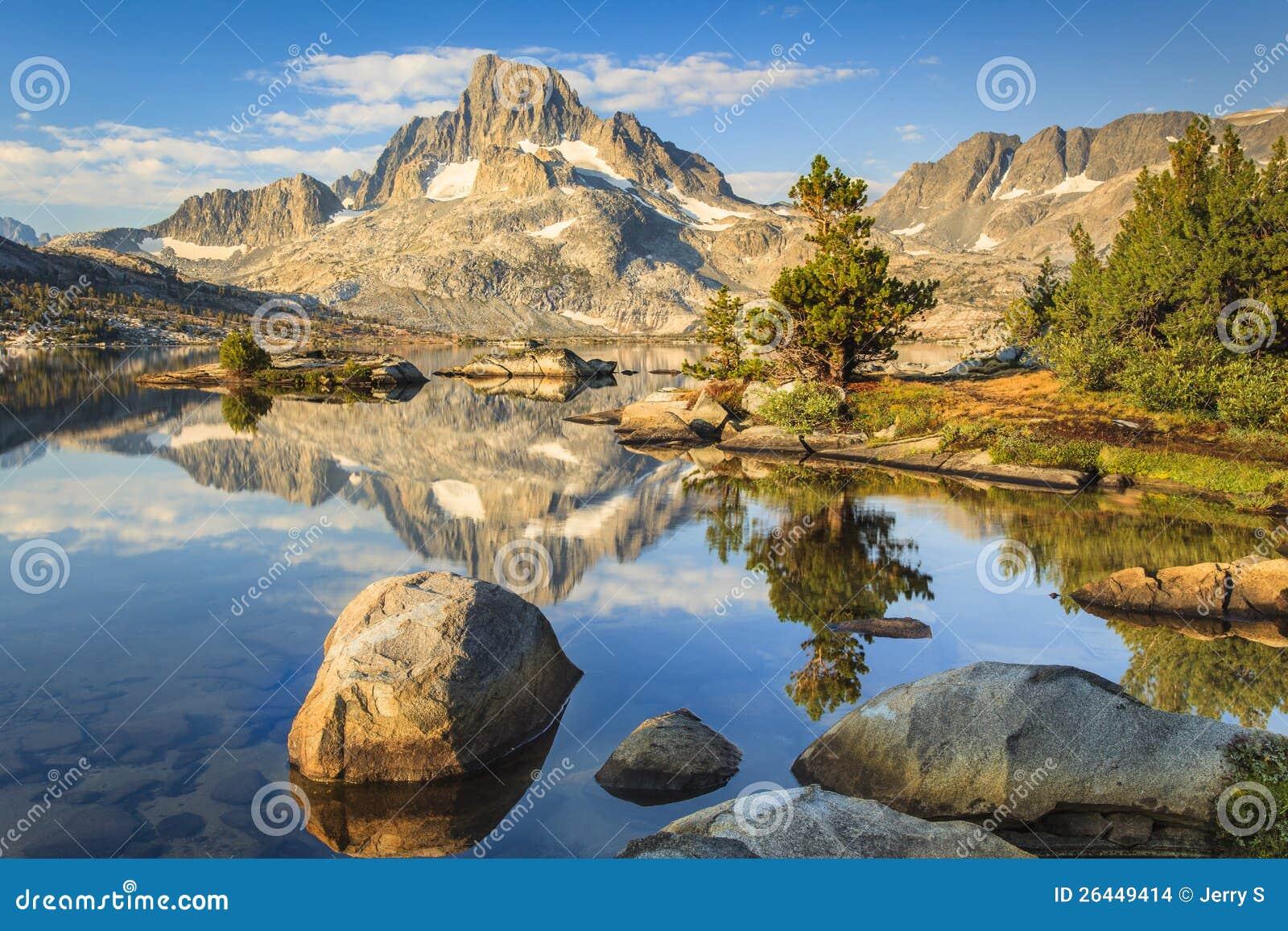 Montagna con le rocce ed i laghi