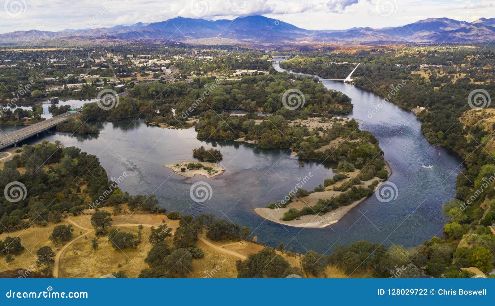 Montagna di Choop dello spaccone del fiume Sacramento Redding California di vista aerea