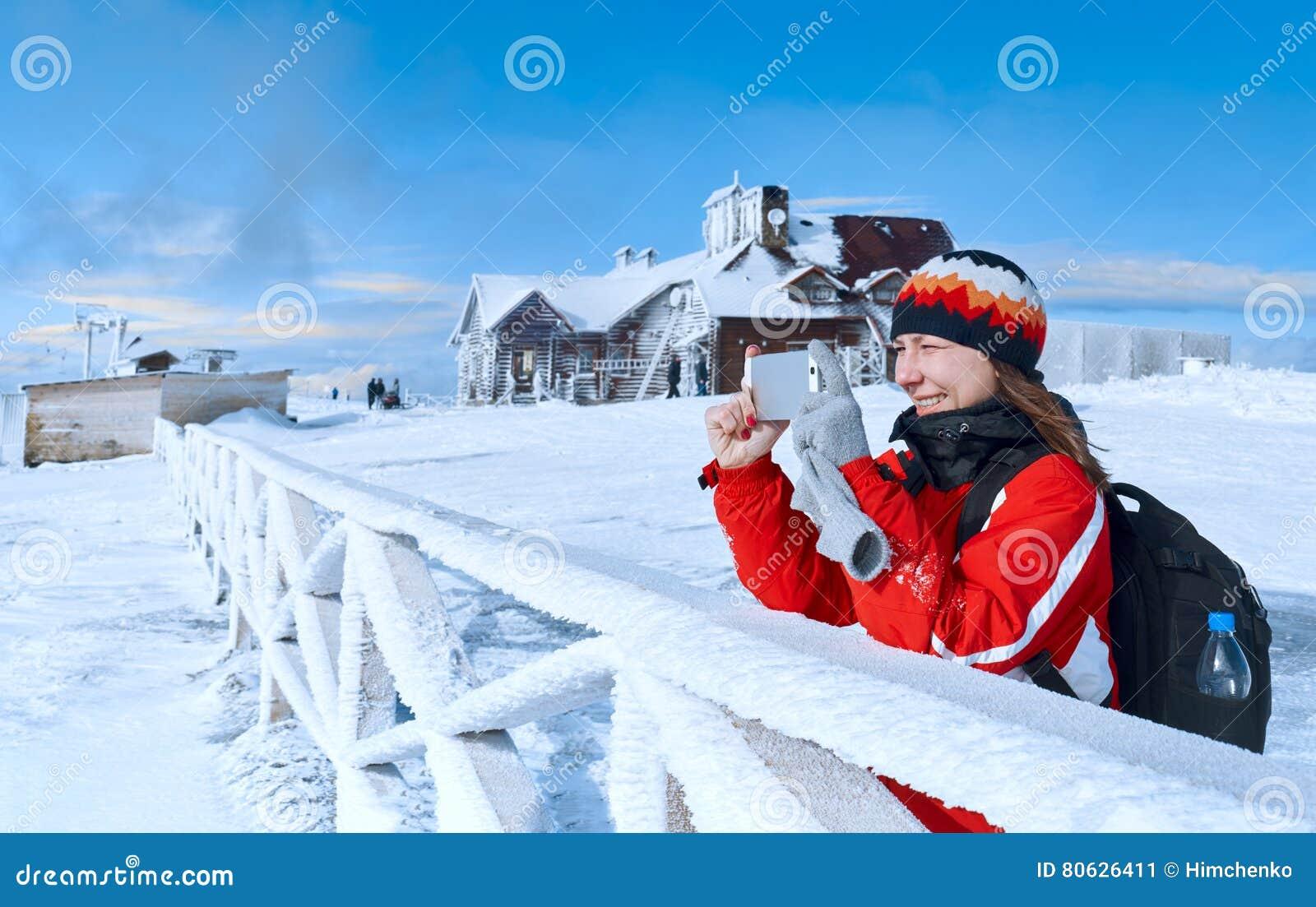 Montagna fotografata giovane donna nell inverno
