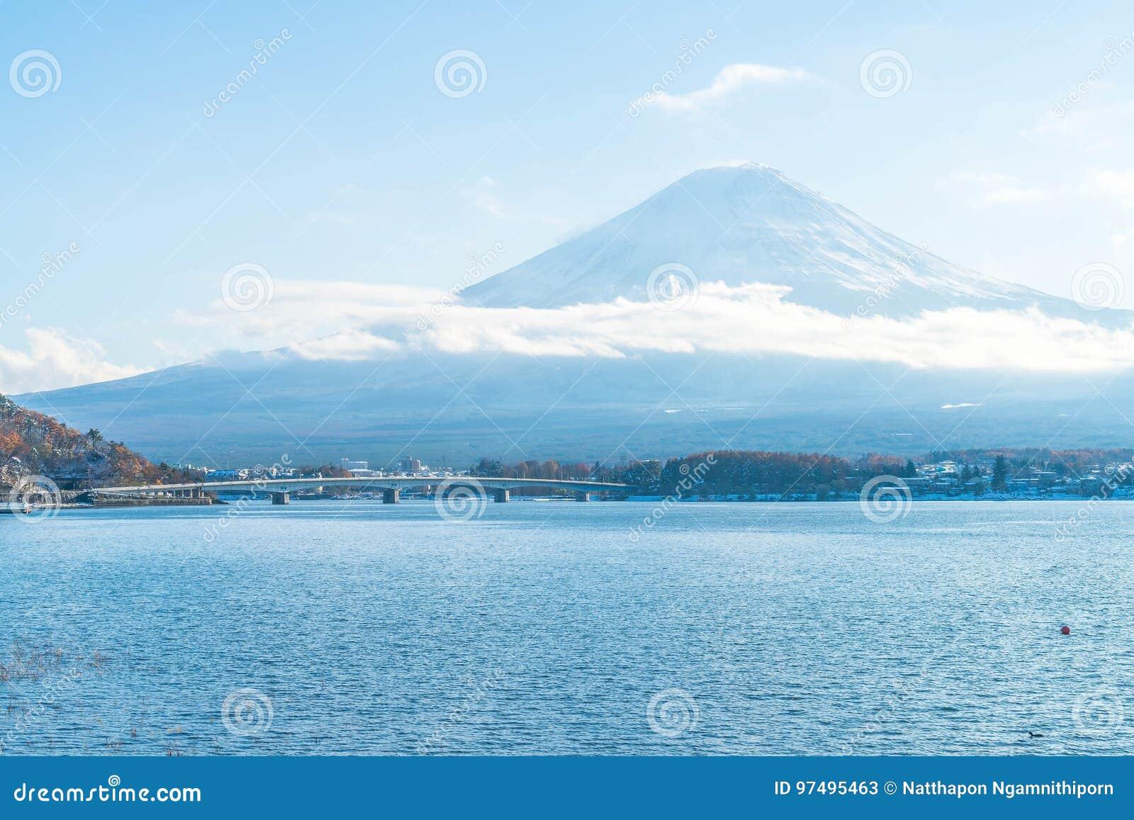 Montagna Fuji San nel lago Kawaguchiko