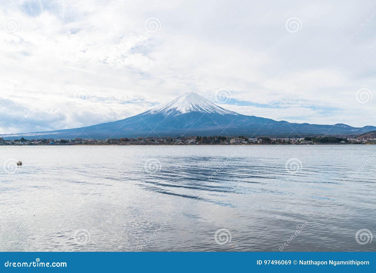 Montagna Fuji San nel lago Kawaguchiko nel Giappone