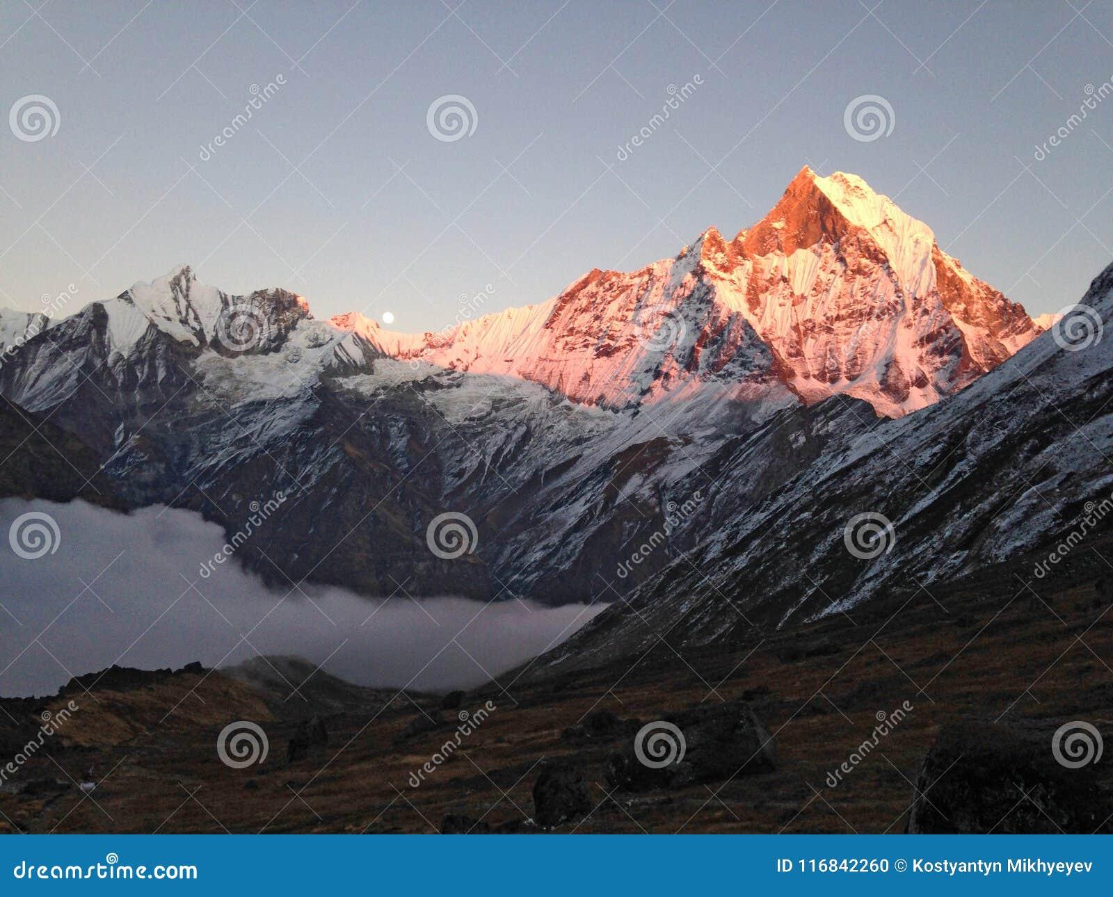 Montagna Machapuchare, cresta e luna