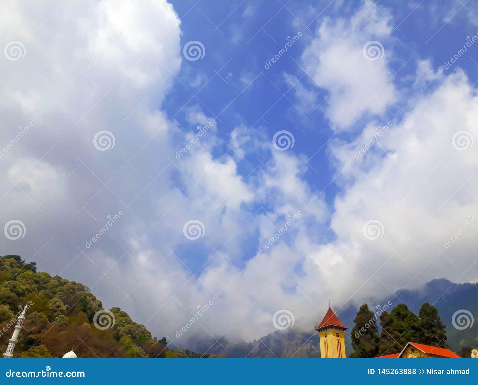 Montagne coperte dalle nuvole