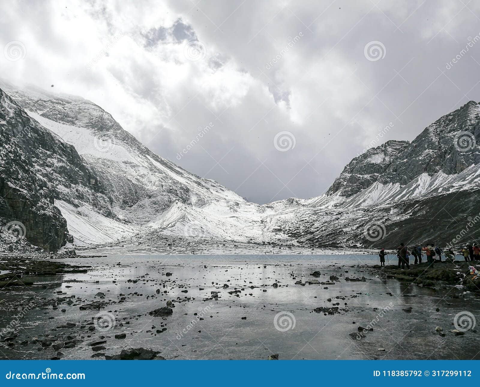 Montagne de neige sur le plateau