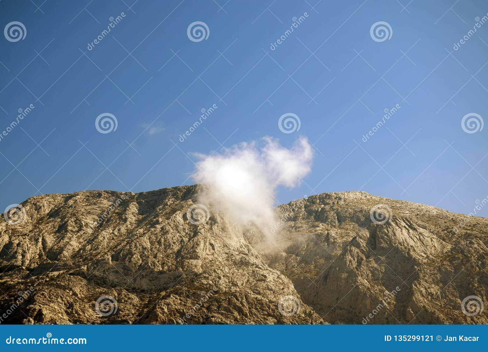 Montagne di Biokovo con la nuvola nel mezzo