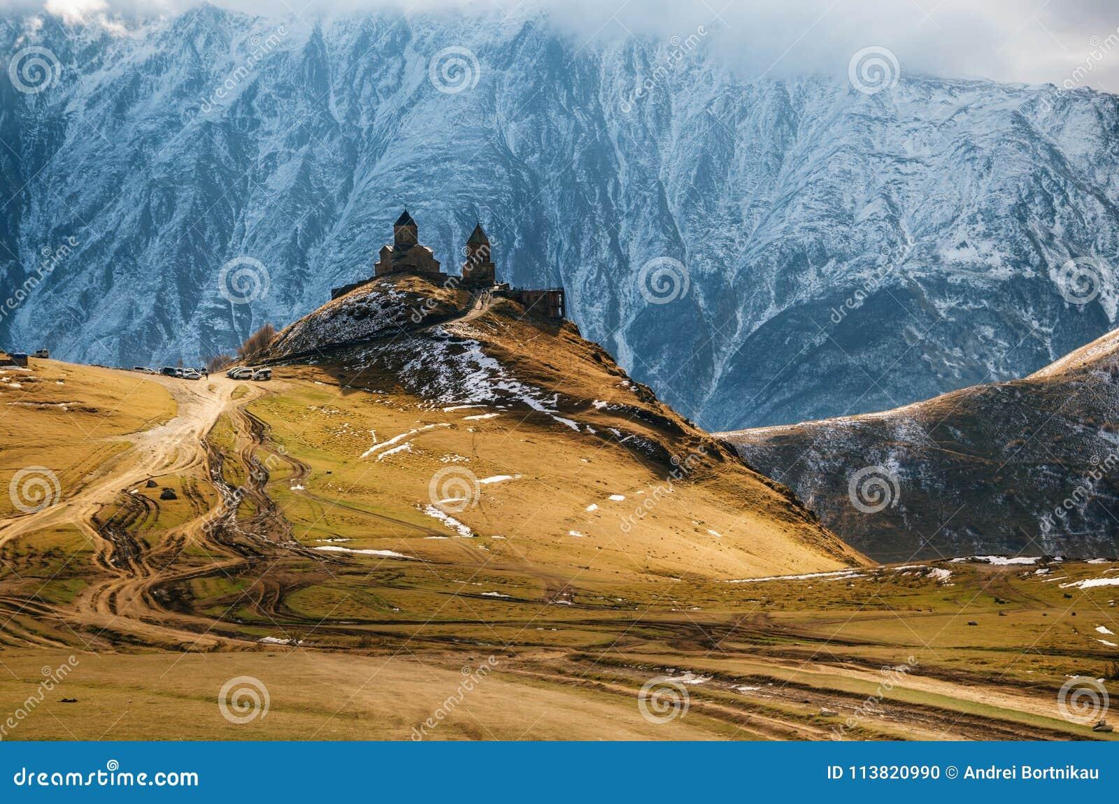 Montagne di Caucaso, chiesa di trinità di Gergeti, Georgia