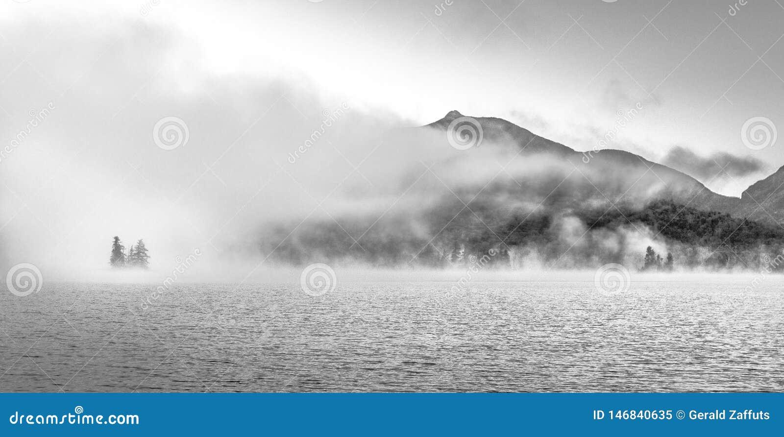Montagne e lago di Adirondack in nebbia