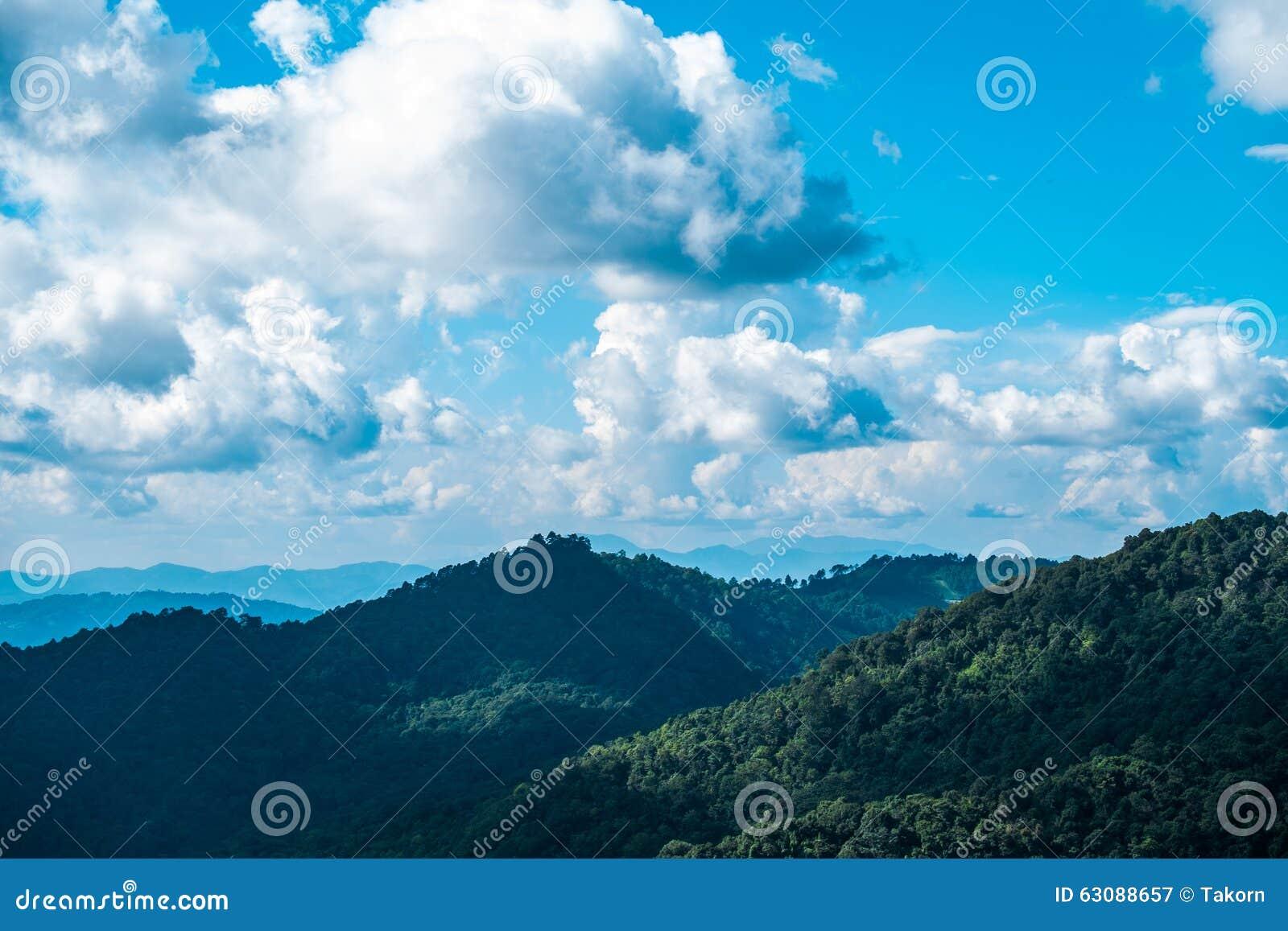 Download Montagne et ciel image stock. Image du jour, scène, personne - 63088657