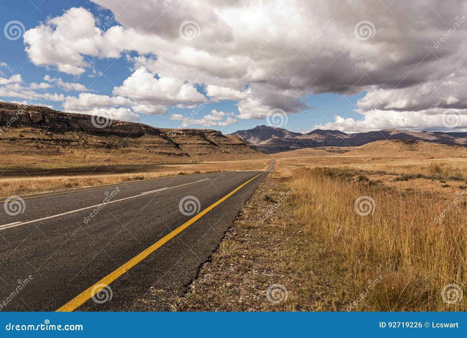 Montagne orange Landsca d hiver d Asphalt Road Running Through Dry