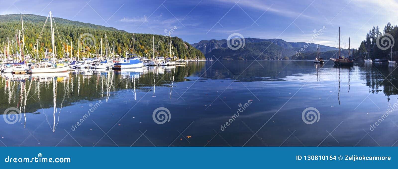 Montagne profonde Vancouver BC Canada di Marina Indian Arm North Shore della baia dell ampio paesaggio panoramico