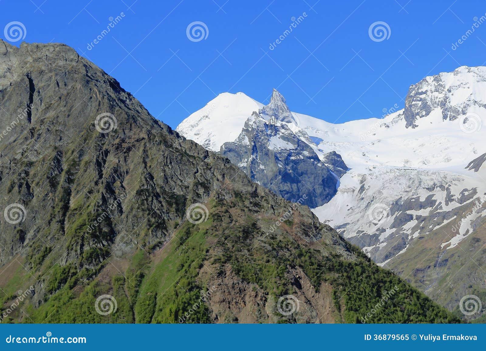 Download Montagne Rocciose Nella Regione Di Caucaso In Russia Immagine Stock - Immagine di molla, autunno: 36879565