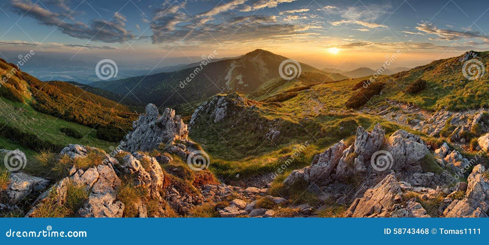 Montagne rocheuse de panorama au coucher du soleil en Slovaquie
