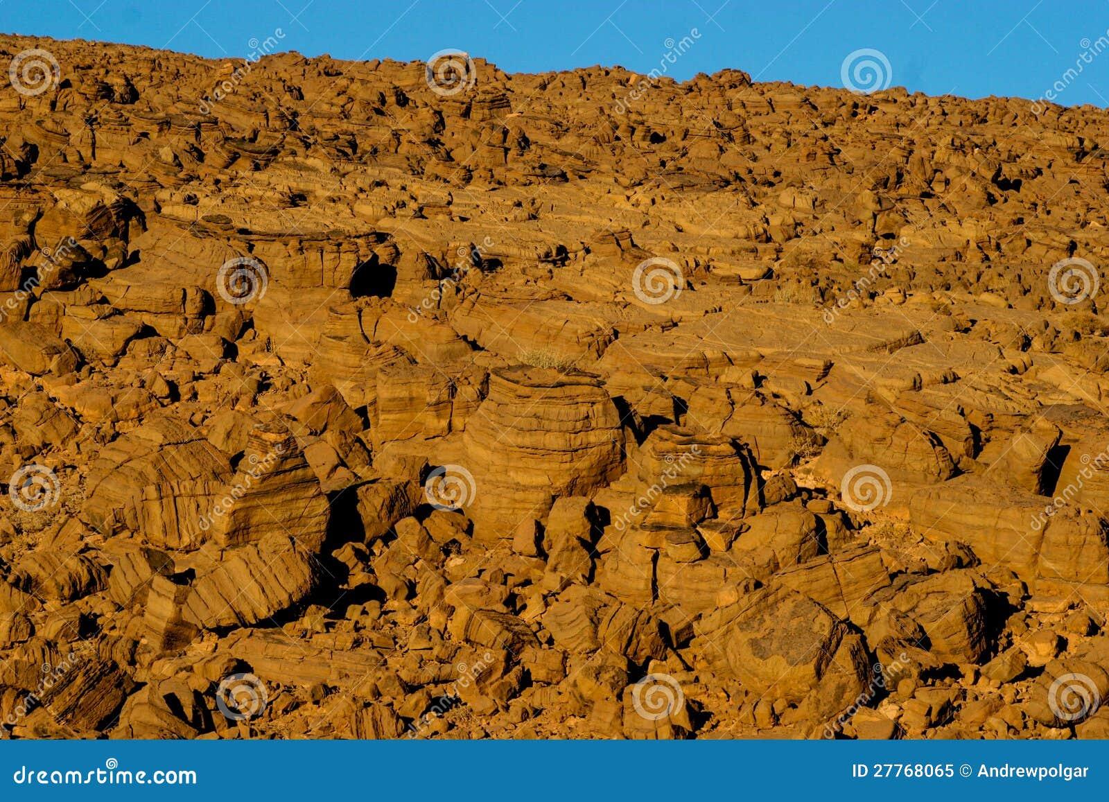 Montagne rocheuse stratifiée
