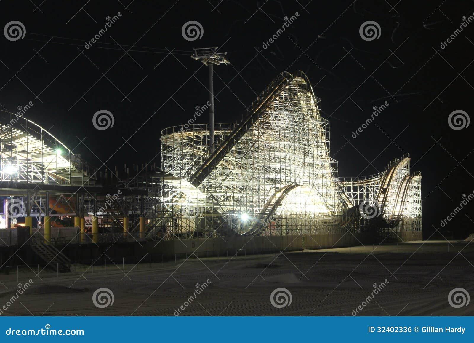Montagne Russe De Nuit Image libre de droits  Image 32402336 ~ Montagne Russe En Bois