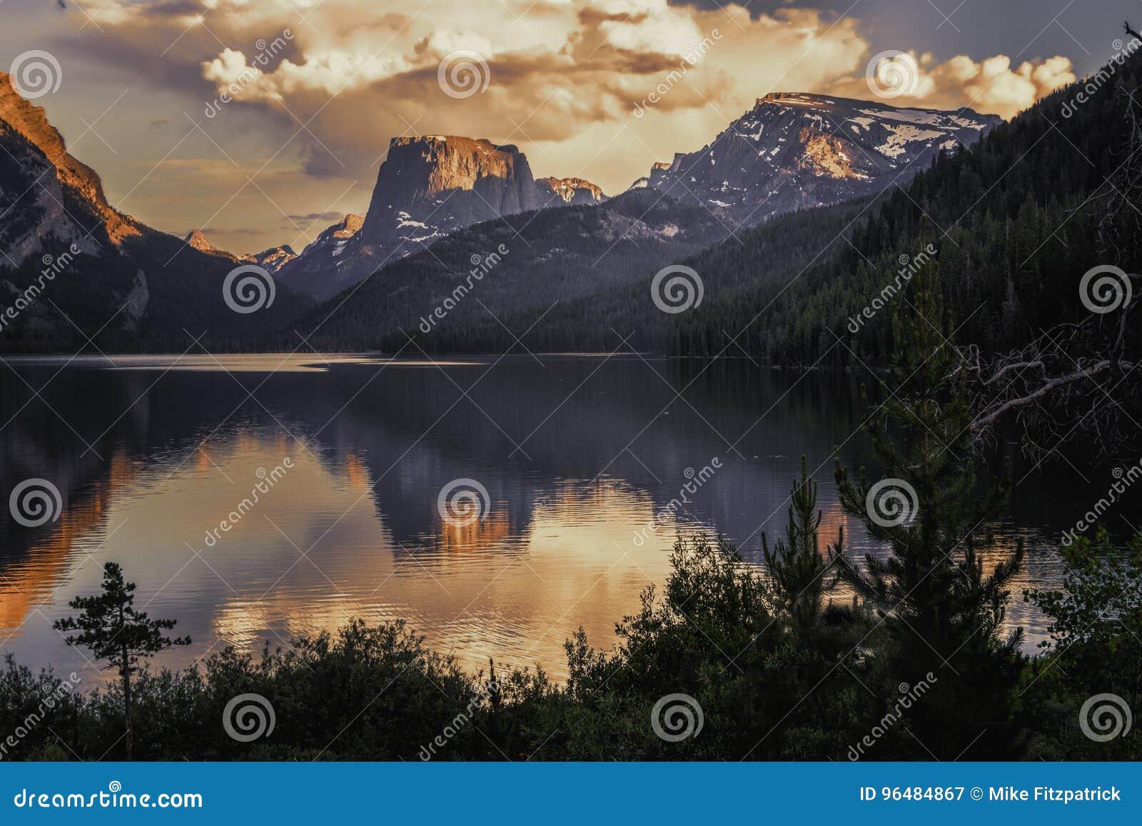 Montagne supérieure carrée et lac inférieur green River