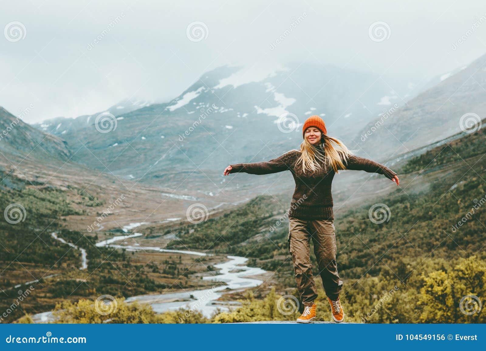 Montagnes brumeuses augmentées émotives de mains de bonheur de femme