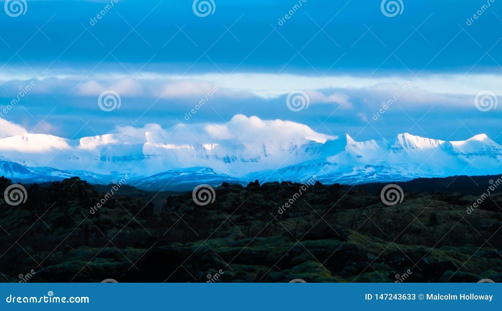 Montagnes couronnées de neige et lave
