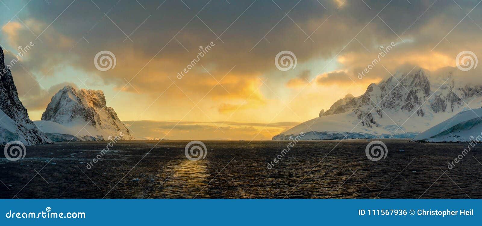 Montagnes couvertes par neige dans la Manche de Lemaire, Antarctique