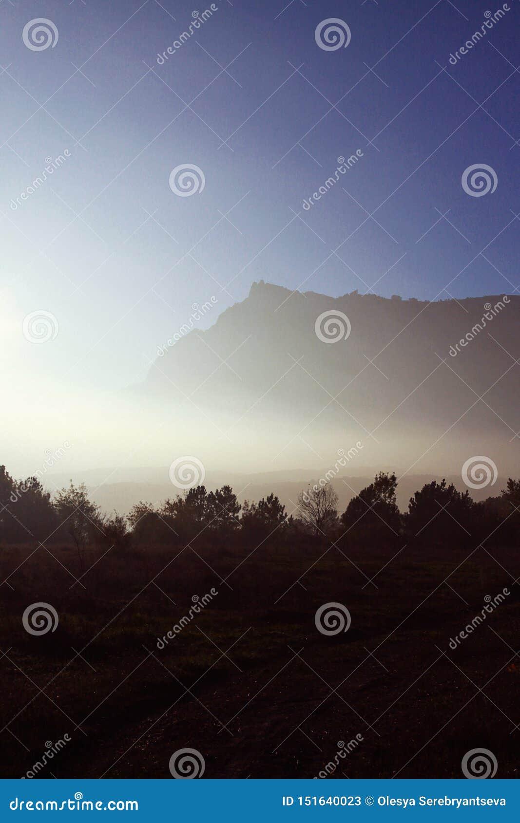 Montagnes d automne dans le brouillard et la route d enroulement Coucher du soleil