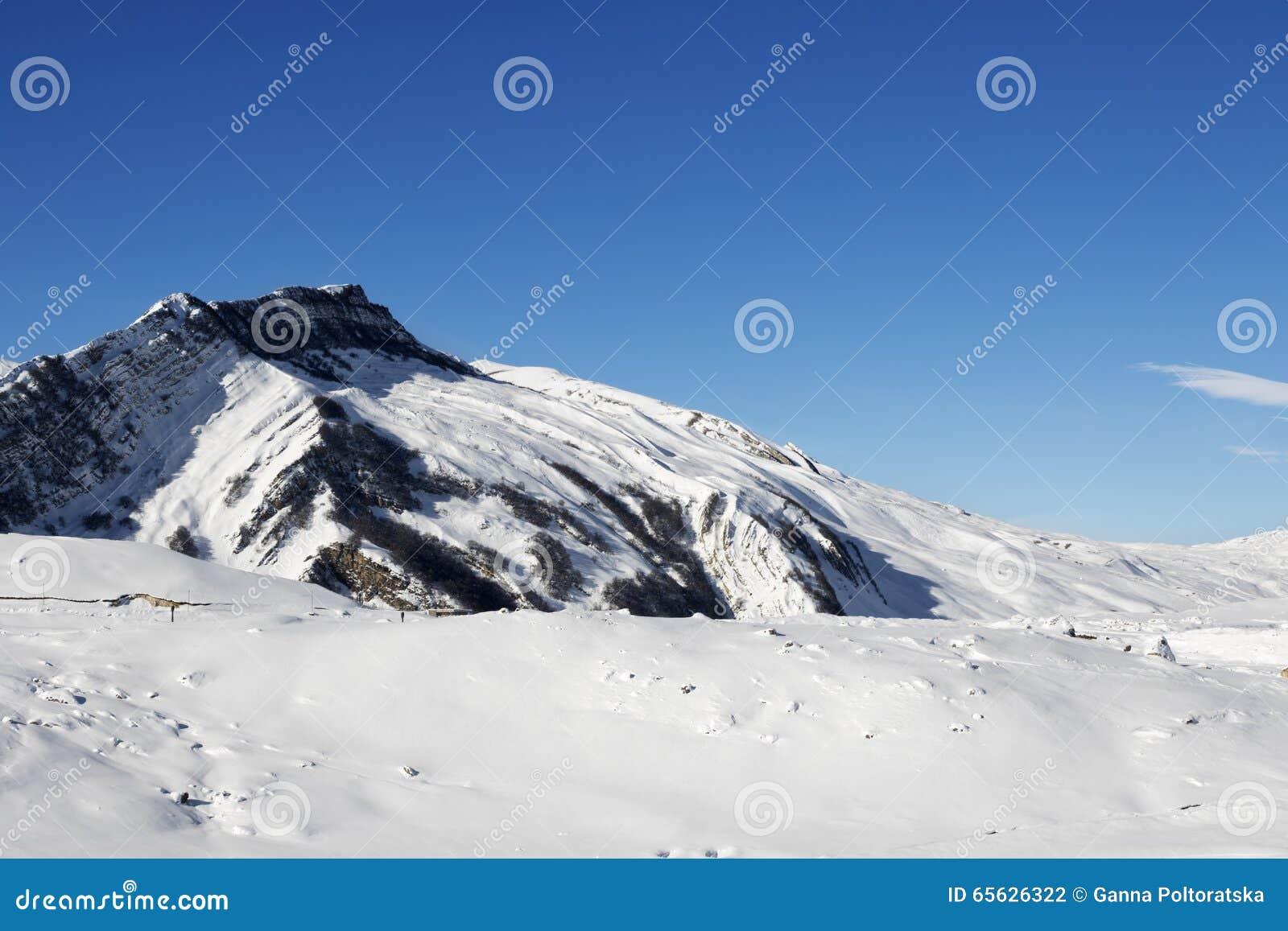 Montagnes d hiver après des chutes de neige au jour du soleil