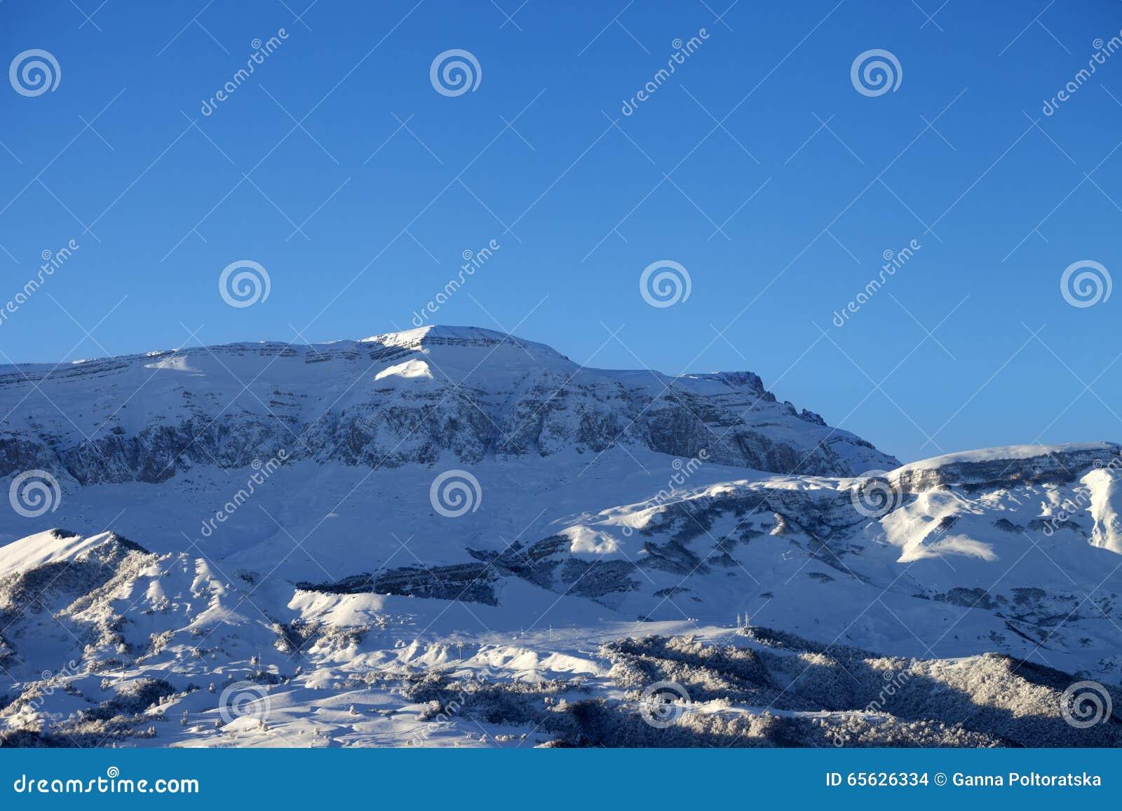 Montagnes d hiver au matin agréable du soleil