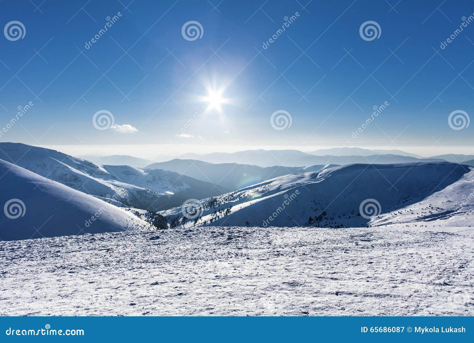 Montagnes d hiver de Milou au beau jour du soleil dans Carpathiens, Dragobrat, Ukraine