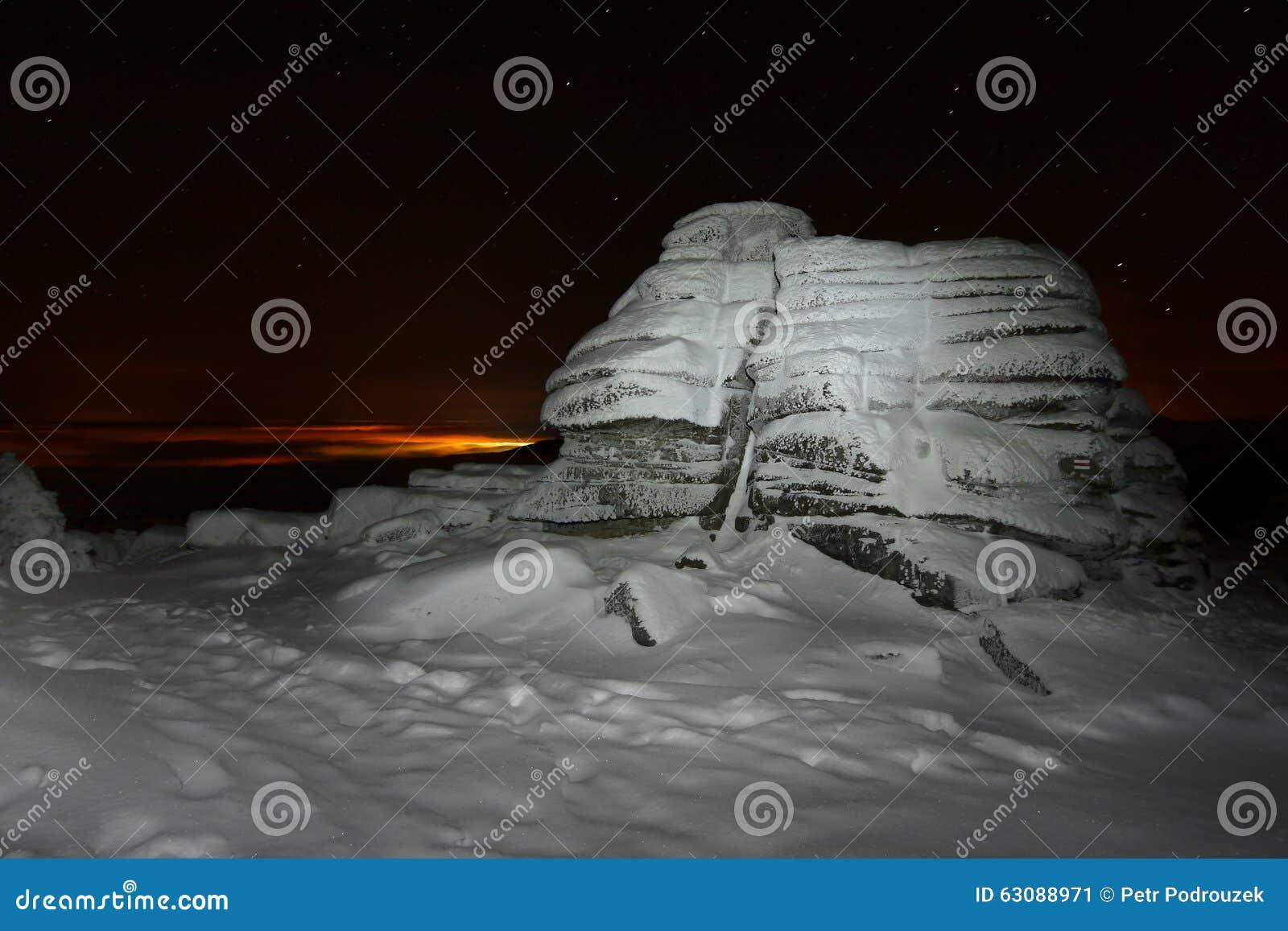 Download Montagnes d'hiver de nuit image stock. Image du glace - 63088971