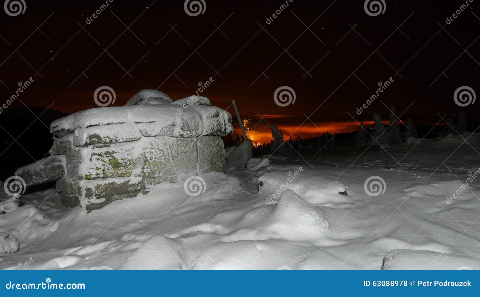 Download Montagnes d'hiver de nuit photo stock. Image du glace - 63088978