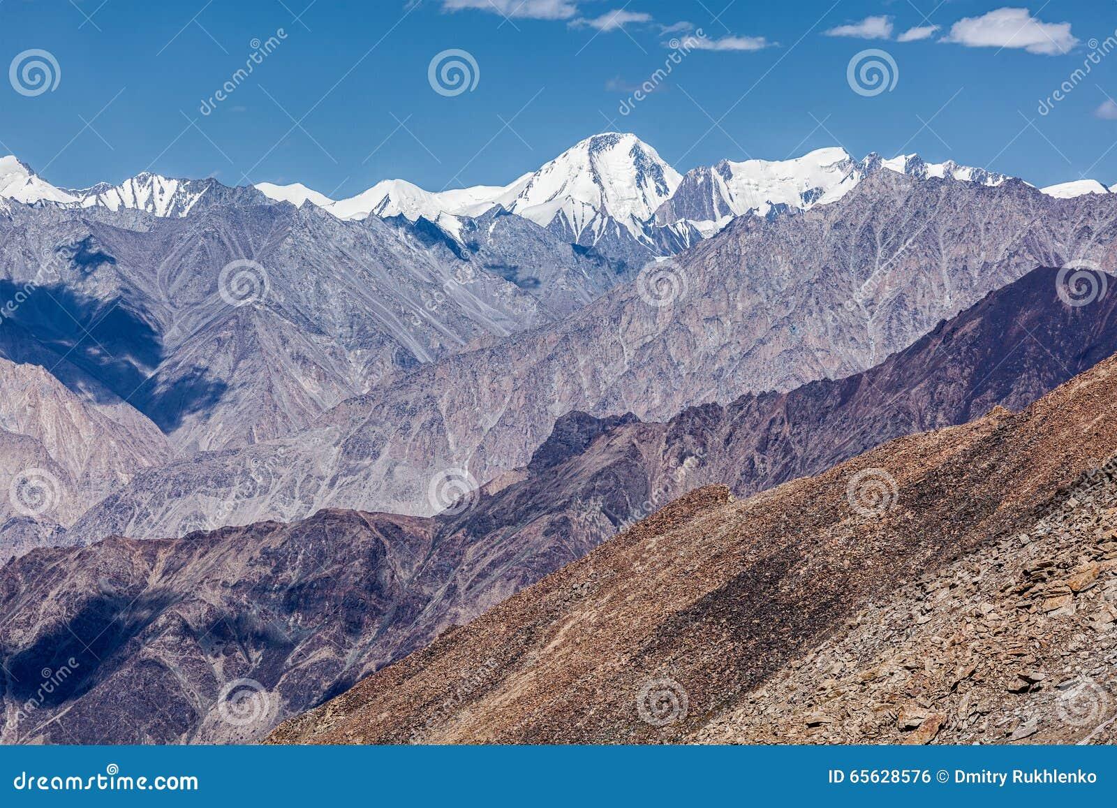 Montagnes de chaîne de Karakorum en Himalaya