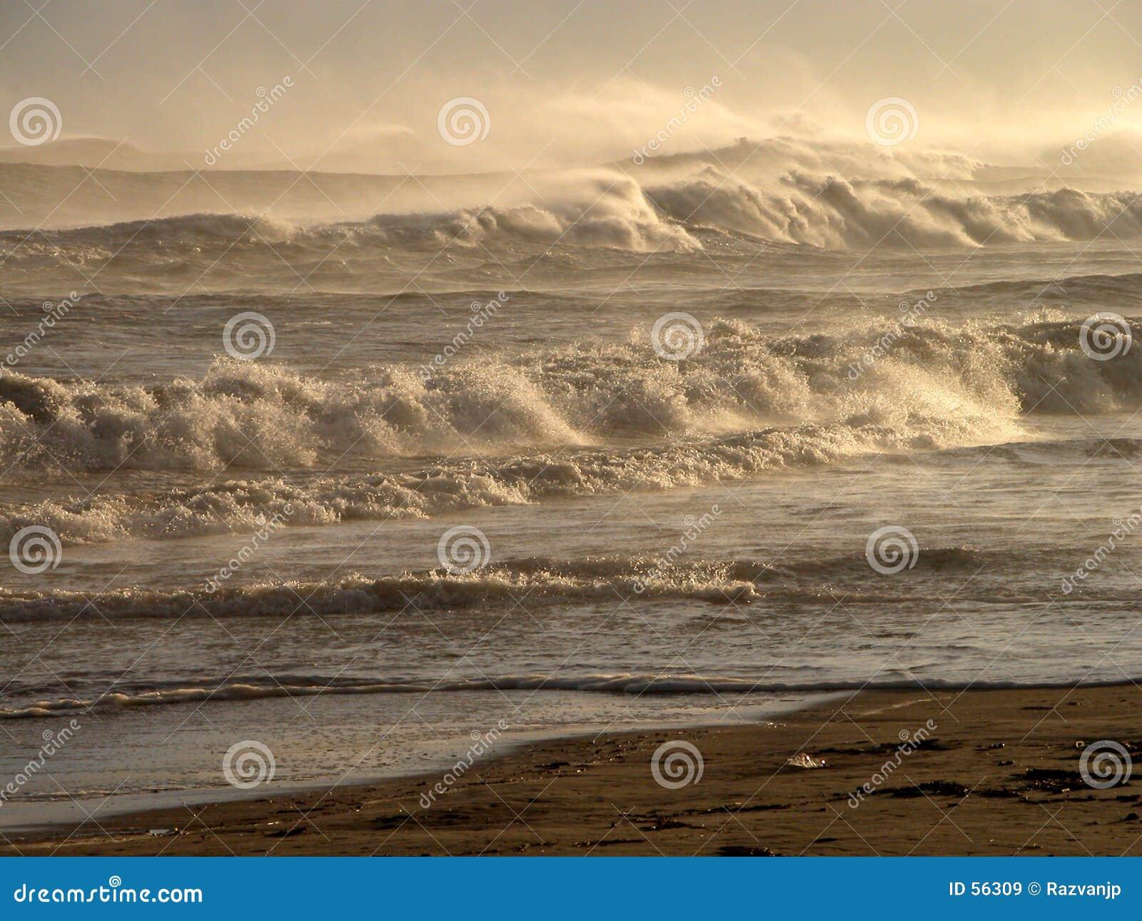 Download Montagnes des ondes?. image stock. Image du force, beauté - 56309