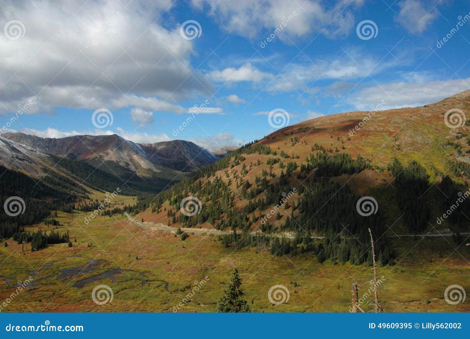 Montagnes du Colorado sur le chemin à Aspen