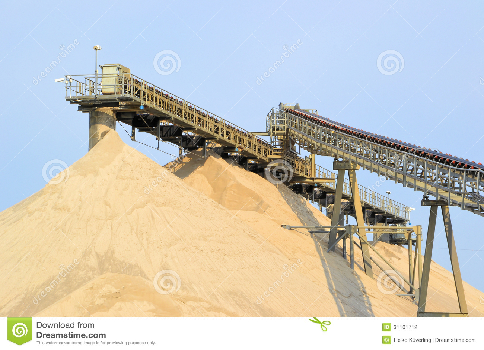 Montagnes du sable et du gravier