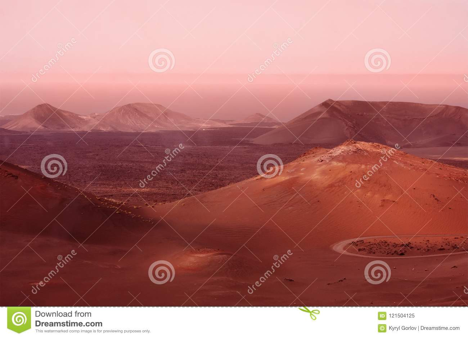 Montagnes et collines pendant la tempête de sable de la poussière Imitation rouge de planète de Mars Paysage de Marsian toned