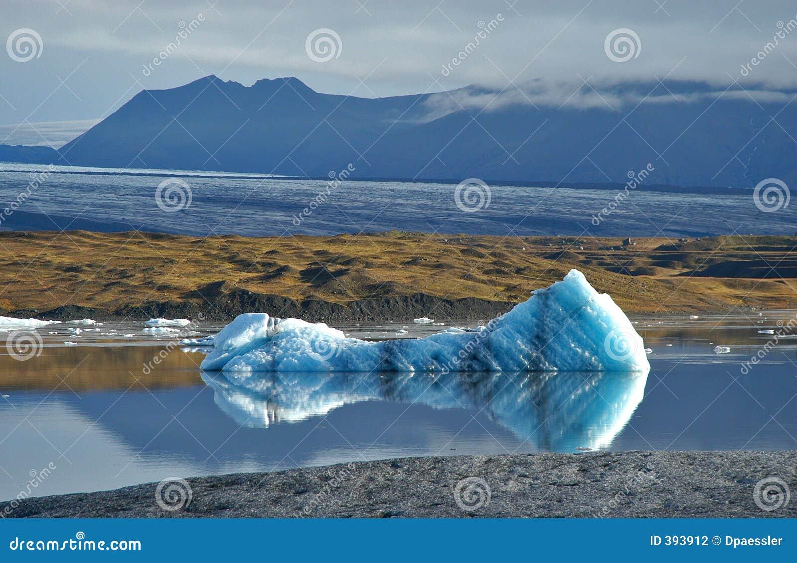 Montagnes et iceberg
