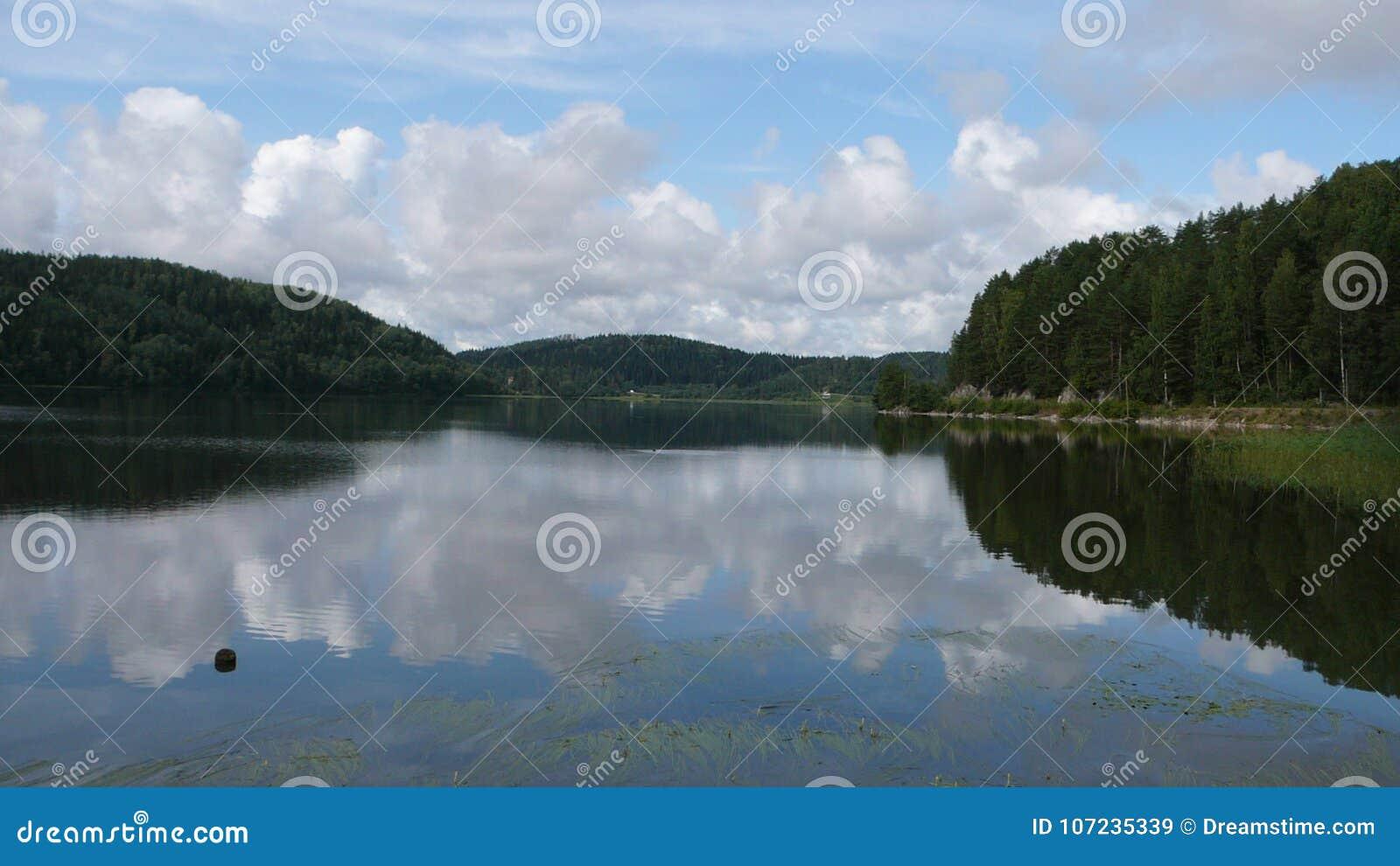 Montagnes et lac de toundra en Russie polaire